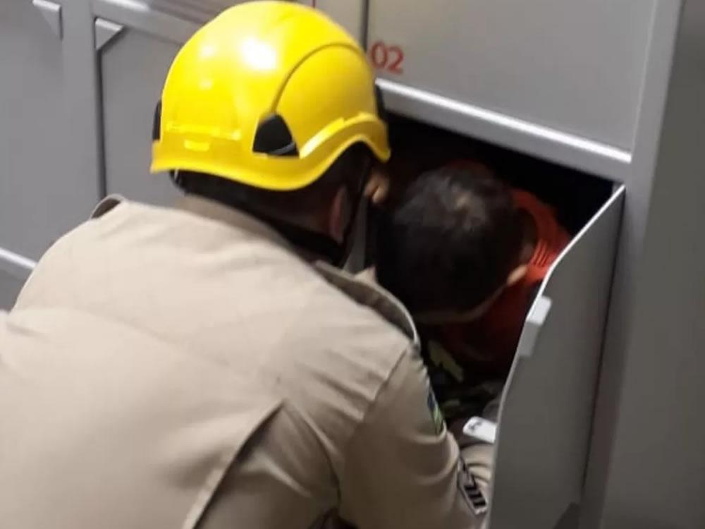 Imagem de Bombeiros resgatam criança presa dentro de guarda-volumes em banco