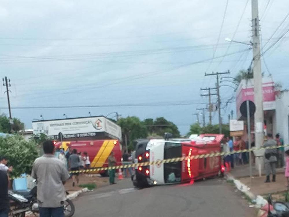 Imagem de Ambulância tomba após acidente na Promissão, em Rio Verde