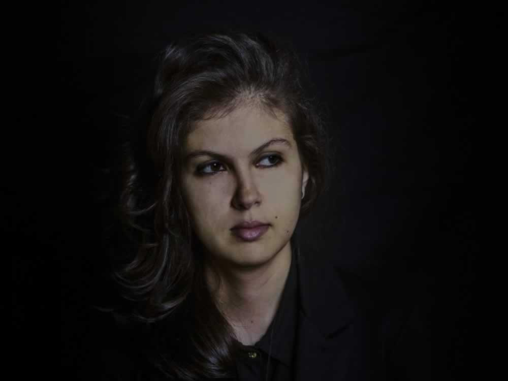 """Imagem de Sarah Abdala amplia universo do disco """"Pueblo"""" com vídeo ao vivo de """"Migrante"""""""