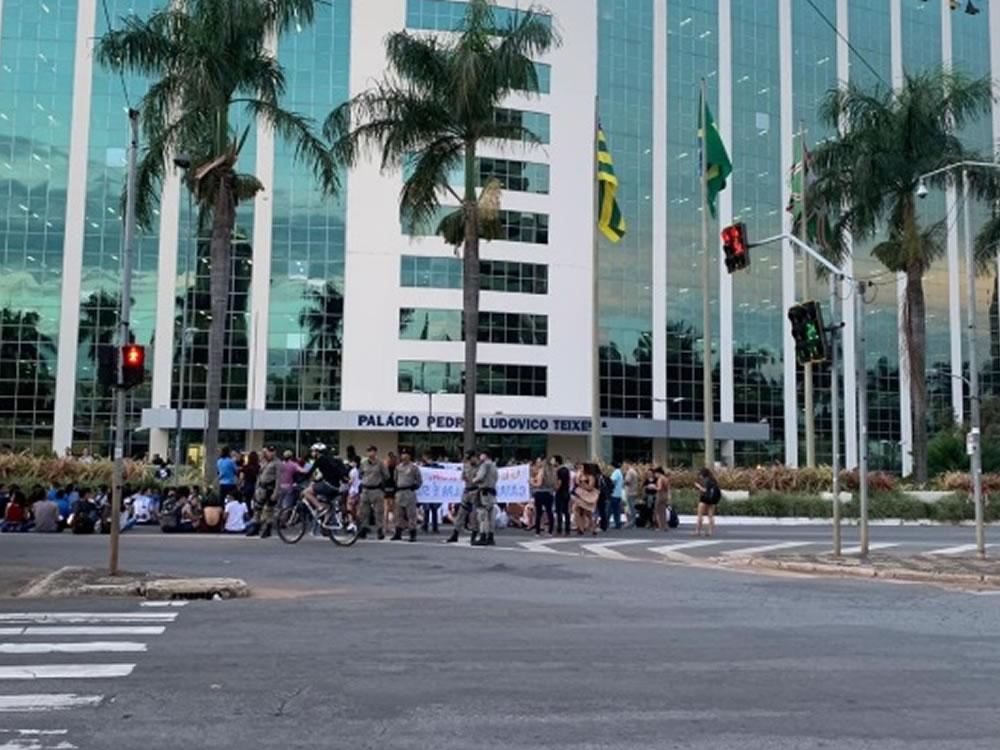 Imagem de Grupo ligado à UEG faz protesto em frente ao Palácio Pedro Ludovico