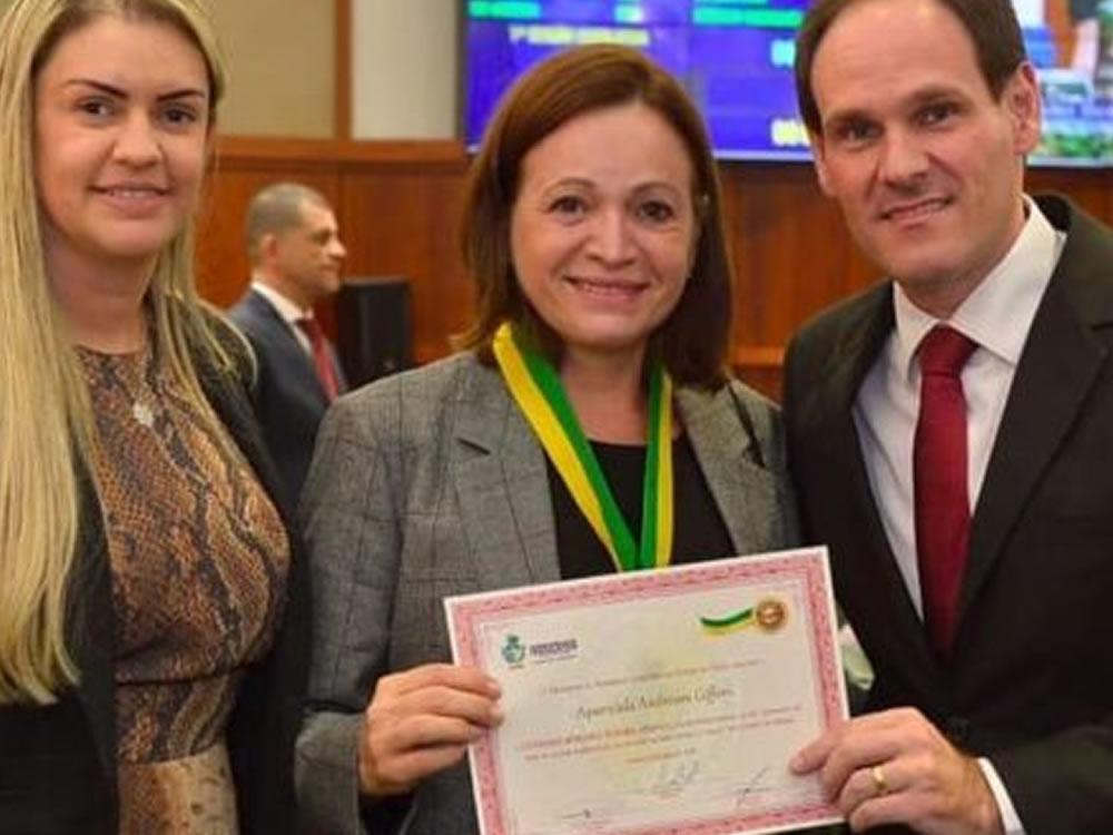 Imagem de Lissauer entrega Comenda Berenice Artiaga a médica de Rio Verde