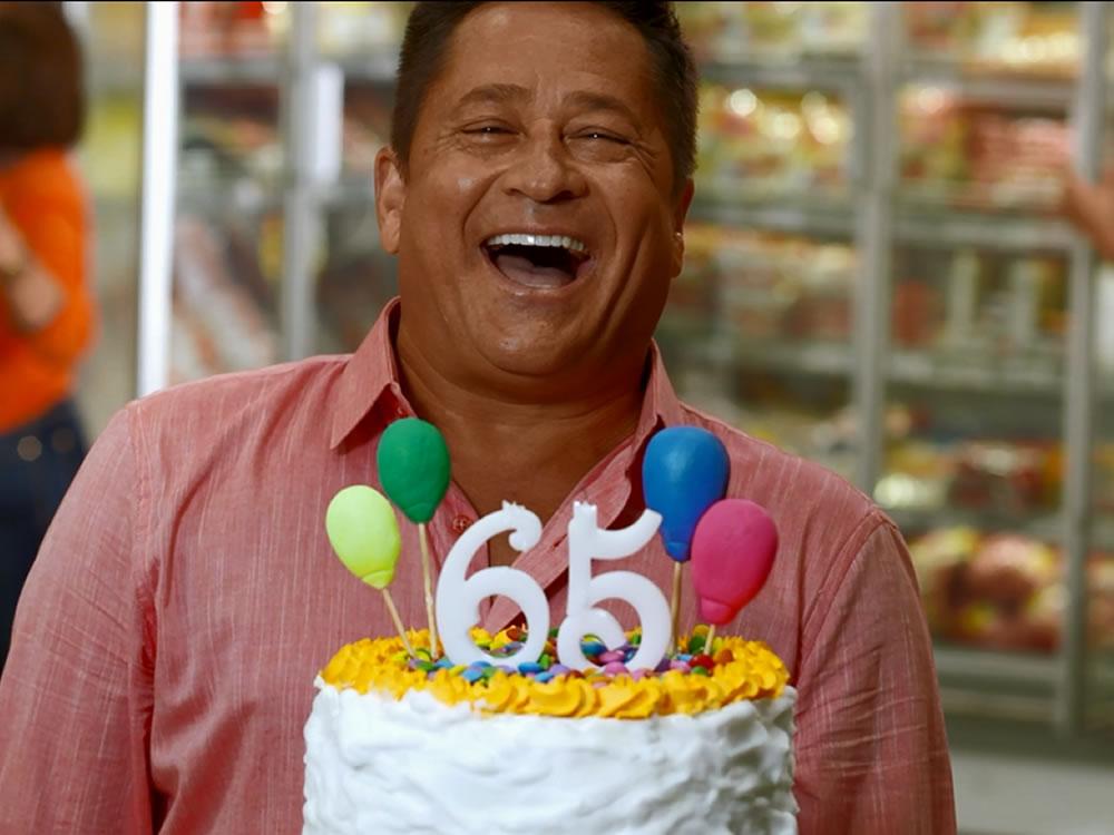 Imagem de Rede de supermercado comemora 65 anos e Leonardo é o novo garoto-propaganda