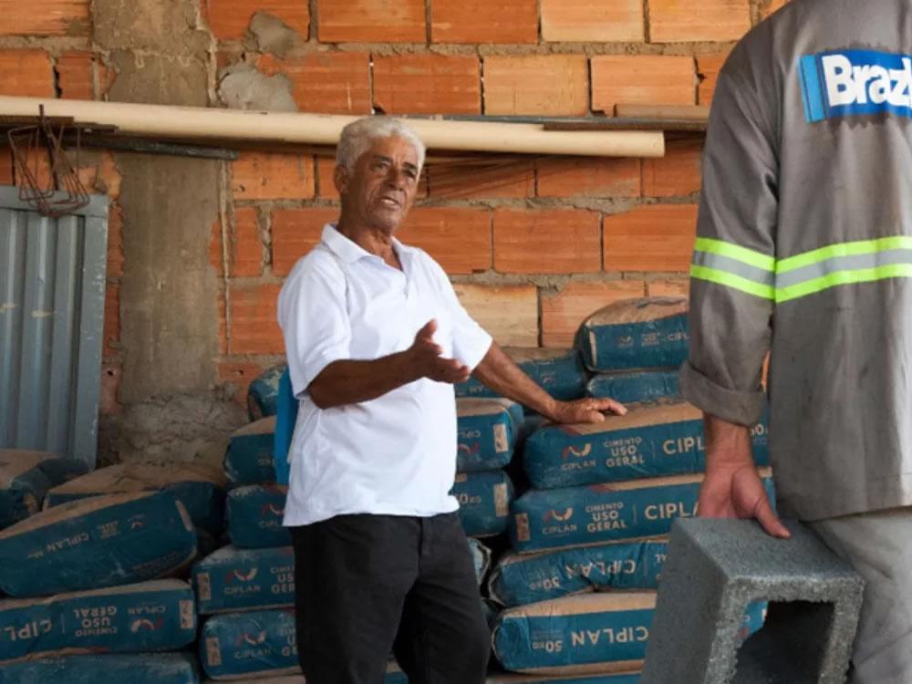 Imagem de Aposentado com um salário mínimo doa sacos de cimentos para construir novo presídio de Rio Verde