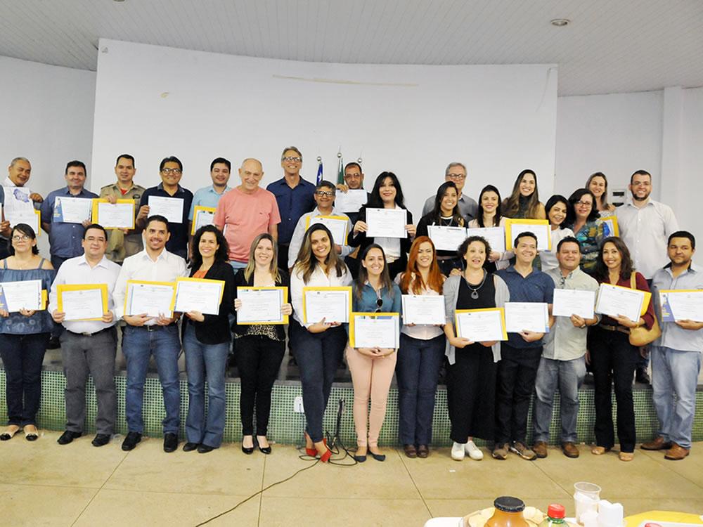 Imagem de Prefeitura entrega diplomas de pós-graduação para servidores municipais