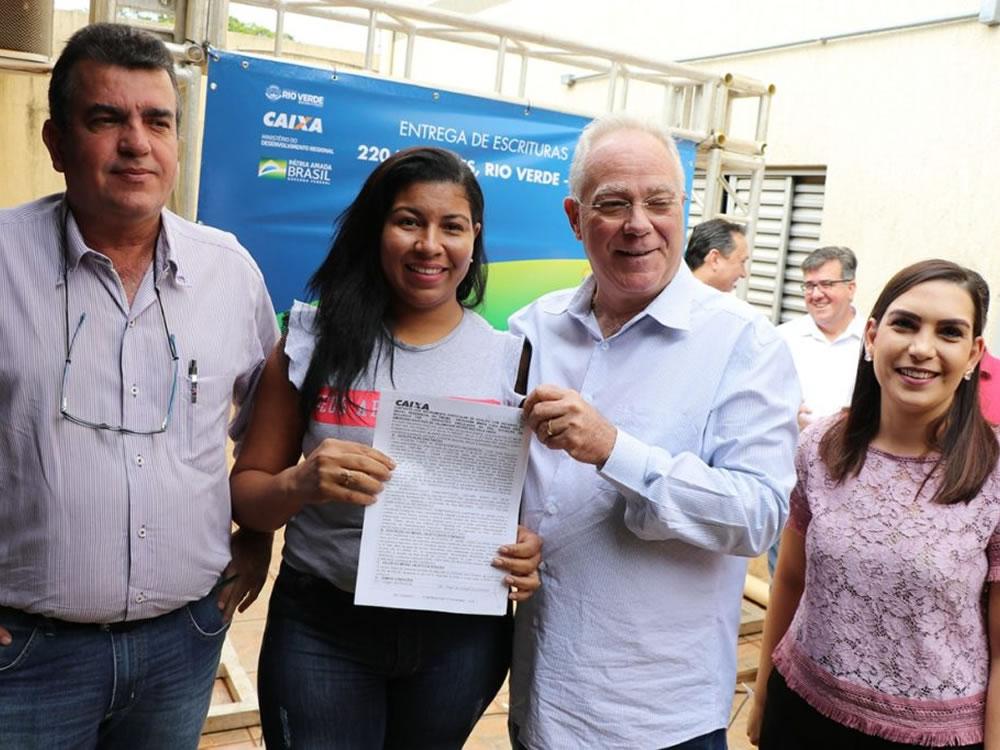 Imagem de Prefeito entrega escrituras para moradores do Residencial Nilson Veloso 2
