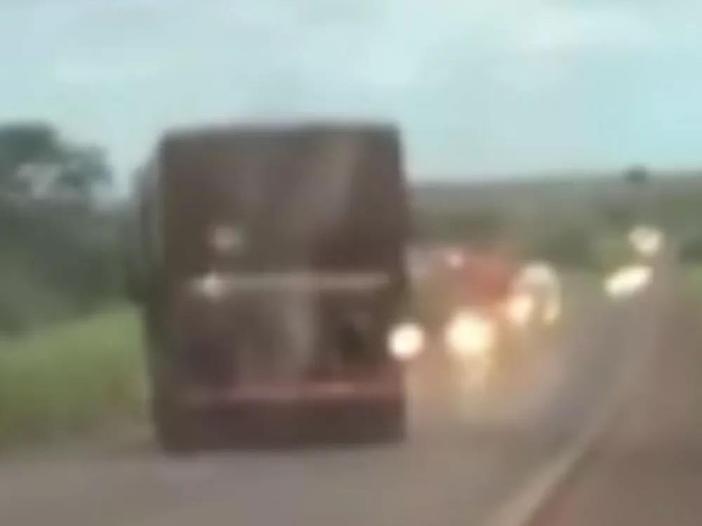 Imagem de Caminhoneiro dirige na contramão e quase bate em carreta, na BR-452 entre Rio Verde e Itumbiara