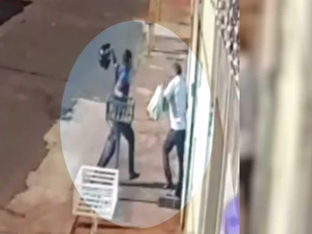 Imagem de Idoso é agredido com golpes de capacete durante assalto em Itumbiara. Veja vídeo