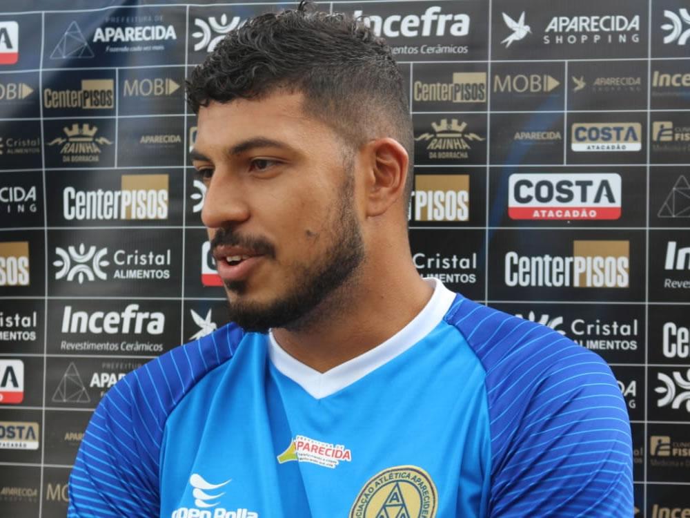 Imagem de Zagueiro que estava no futebol carioca é apresentado na Aparecidense