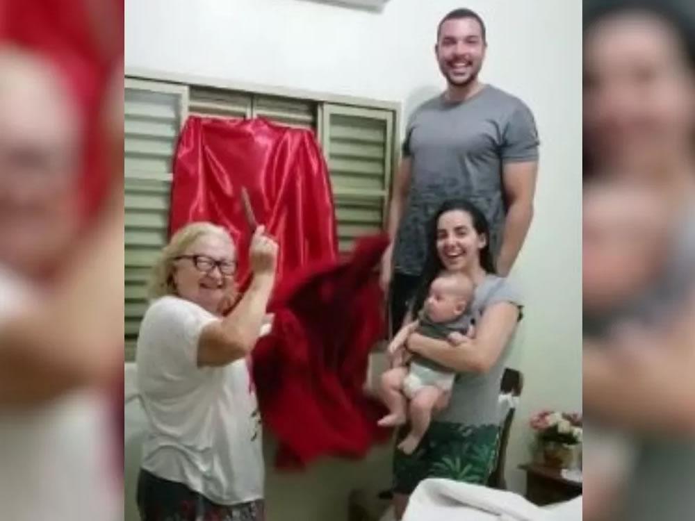 Imagem de Idosa compra 1º ar-condicionado aos 74 anos e faz 'solenidade' para inaugurar aparelho em Rio Verde. Veja vídeo:
