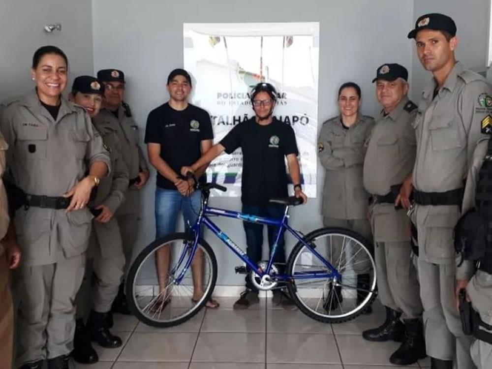 Imagem de Jovem com deficiência mental ganha bicicleta de policiais após ser furtado em Iporá