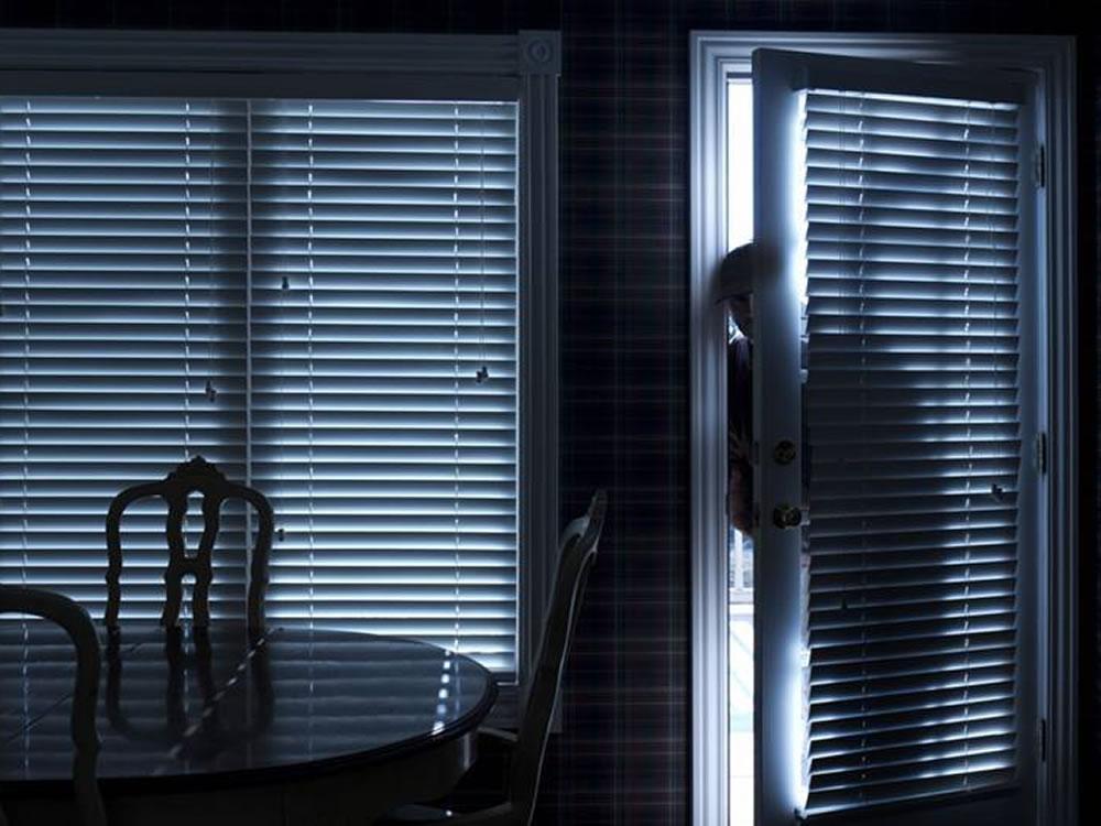 Imagem de Mulher surpreende ladrão fugindo de sua residência e quase é atropelada por ele